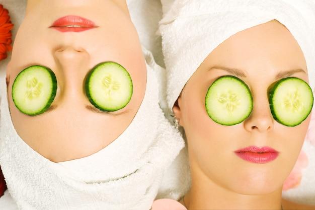 Concombre beauté filles en spa Photo Premium