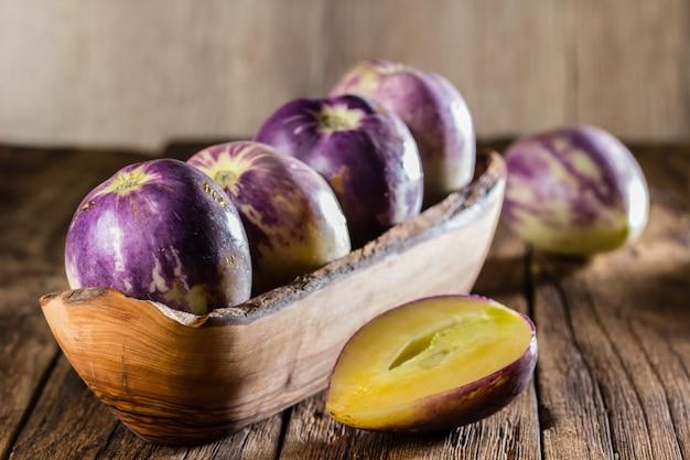 Concombre Doux Dans Un Bol En Bois Photo Premium