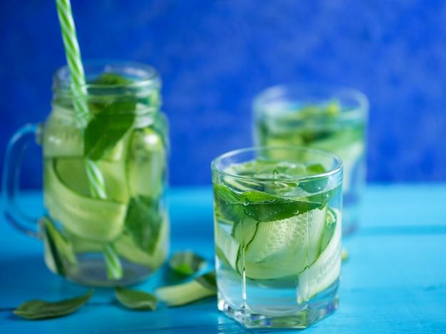 Concombre infusé eau à la menthe sur bois bleu Photo Premium
