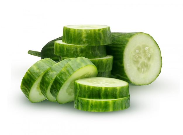 Concombre isolé sur fond blanc. la moitié du concombre et des tranches. Photo Premium
