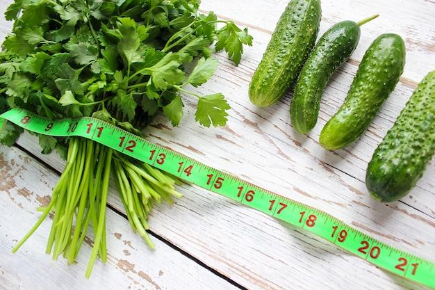 Concombre et persil bio frais Photo gratuit