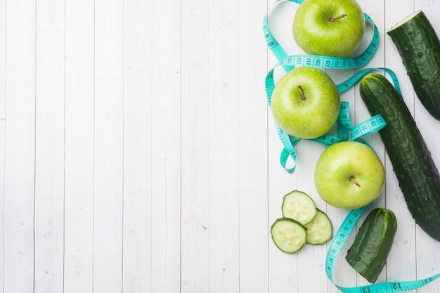 Concombre pomme verte à la menthe sur la table. Photo Premium