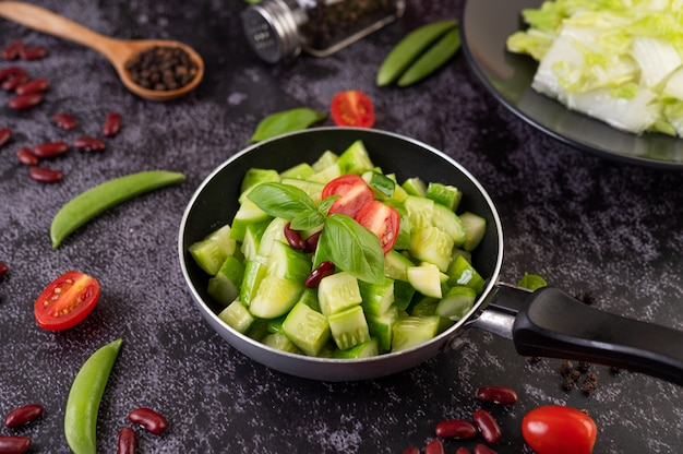 Concombre Sauté Aux Tomates Et Haricots Rouges Dans Une Poêle. Photo gratuit