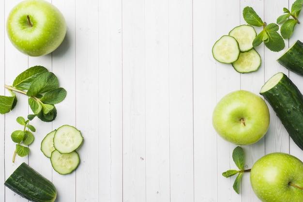 Concombre vert menthe pomme sur la table. Photo Premium