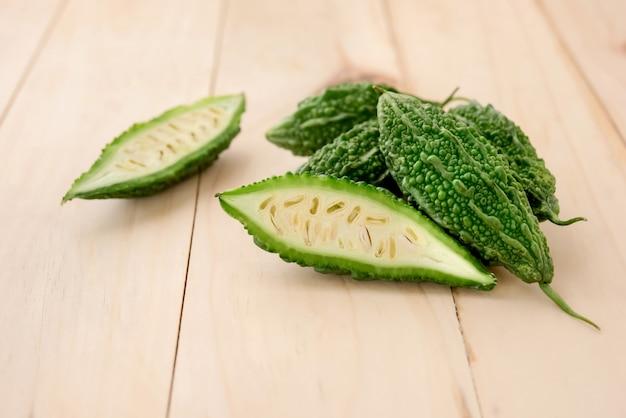 Concombres ou courges amères asiatiques vertes naturelles, vertes, à base de plantes Photo Premium