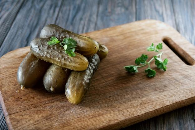 Concombres Salés - L'un Des Plats Traditionnels Slaves, Ainsi Que La Cuisine Allemande Salzgurken. Photo Premium