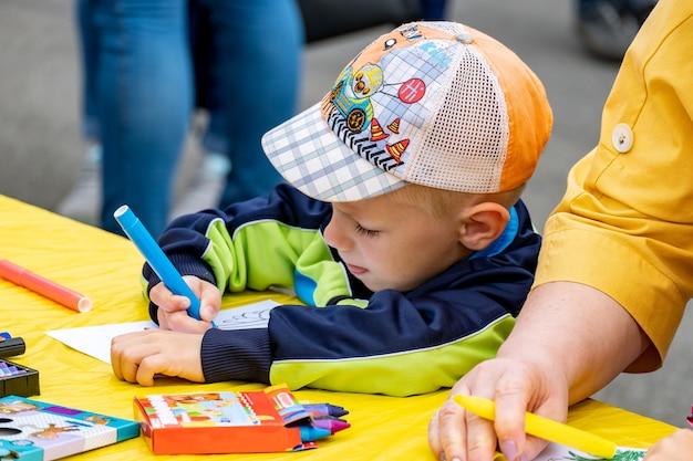 Concours, Les Enfants Peignent Au Festival Photo Premium