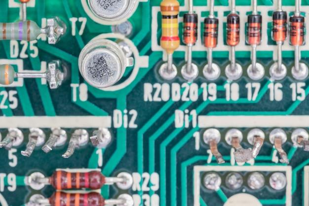 Condensateurs et résistance montés sur le circuit imprimé Photo Premium