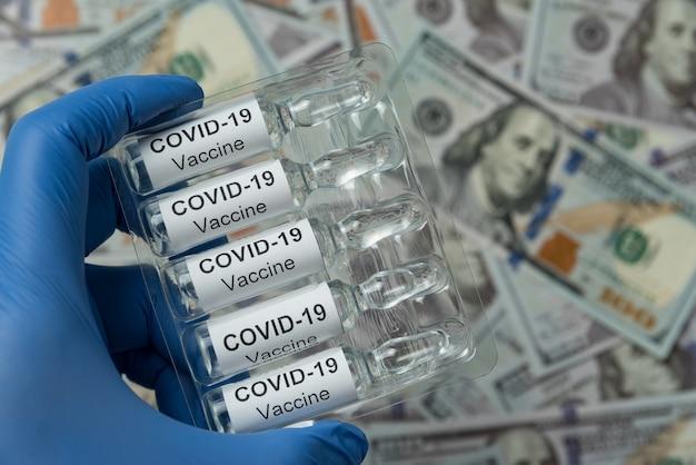 Conditionnement D'ampoules Avec Le Vaccin Covid-19 En Main. Fermer. Photo Premium