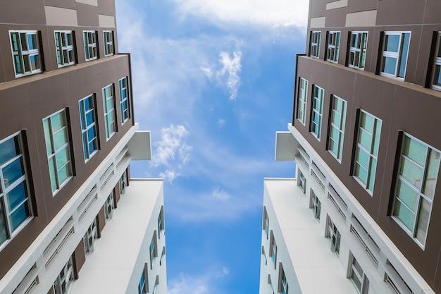 Condominium dans une grande ville Photo Premium