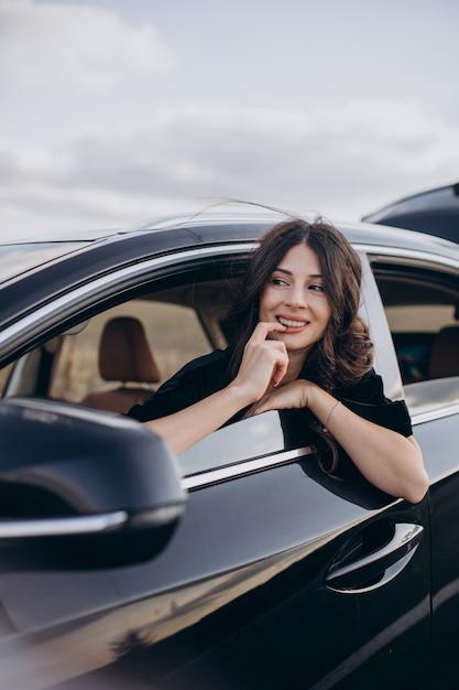 Conducteur De Belle Femme Voyageant Photo gratuit