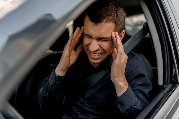Le Conducteur A Très Mal à La Tête. Il Est Fatigué De Conduire Photo Premium