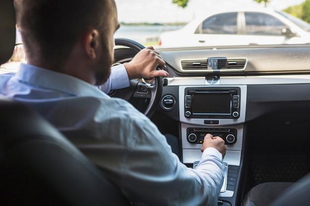 Conducteur de tuning radio dans la voiture Photo gratuit