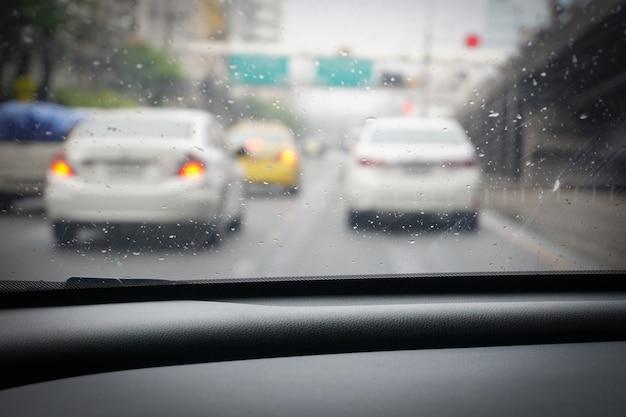 Conduire du point de vue du conducteur sous la pluie. Photo Premium
