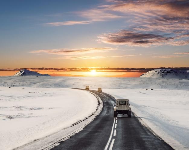 Conduire Sur La Route En Hiver Photo Premium