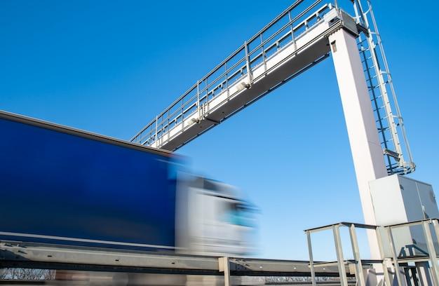 Conduite De Camion Sur L'autoroute Par La Barrière De Péage, Frais De Péage, Mouvement Flou Dans L'image Photo Premium