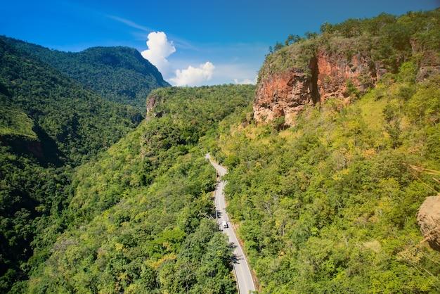 Conduite de routes forestières. belle route pour passer à la montagne khunphae, chiang mai, thaïlande. Photo Premium