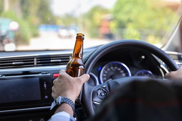 Conduite voiture, homme, tenue, bouteille alcool, autre, main, quoique, route Photo Premium
