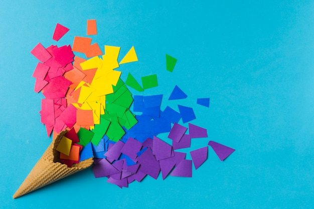 Cône gaufré près de tas de papiers aux couleurs lgbt Photo gratuit