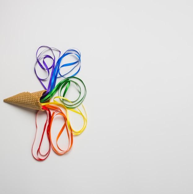 Cône de gaufres près de tinsels aux couleurs lgbt Photo gratuit