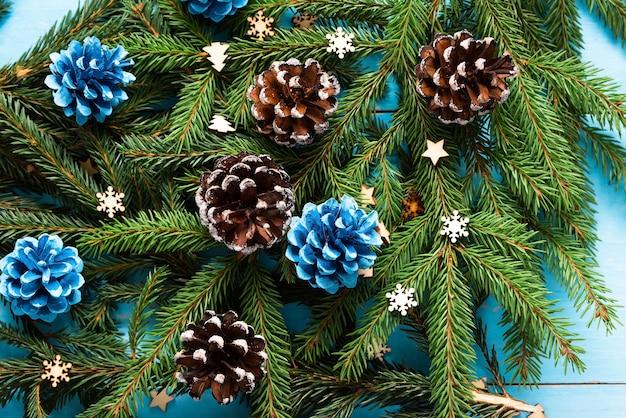 Cônes D'arbre De Noël Et Aiguilles Sur Une Table En Bois. Photo Premium