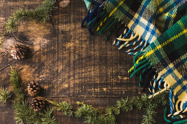 Cônes de conifères et branches près de la couverture Photo gratuit