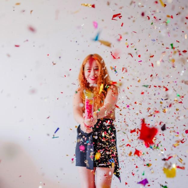 Confetti volant dans l'air et la fille derrière Photo gratuit