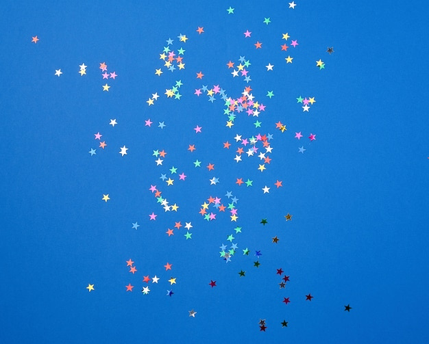 Confettis Brillants Multicolores En Forme D'étoiles Photo Premium