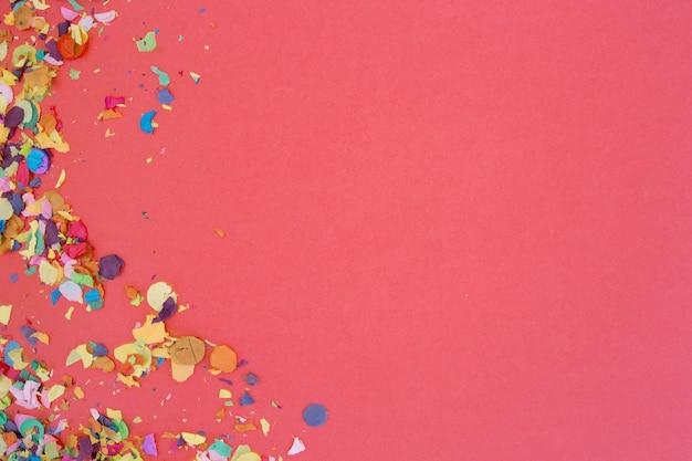 Confettis Sur Fond Rose Photo gratuit