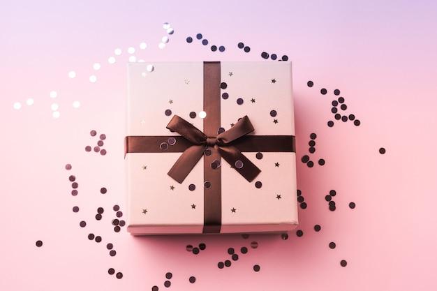 Confettis mousseux et coffret cadeau rose violet Photo Premium