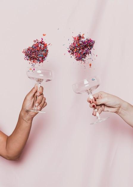 Confettis Volant De Lunettes à La Fête Du Nouvel An Photo gratuit