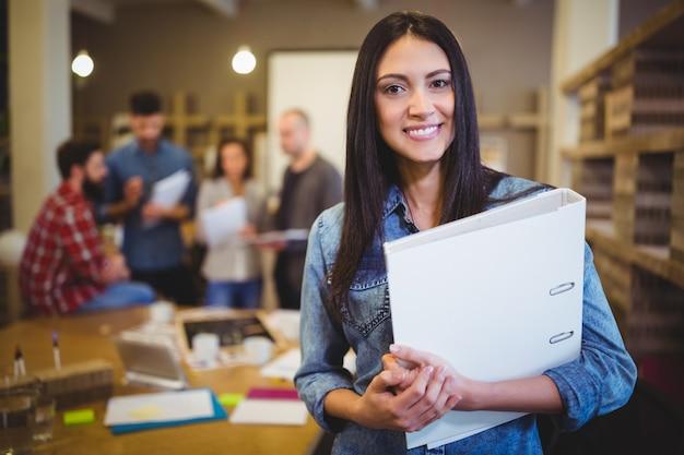Confiant, Femme Affaires, Tenue, Fichier, Quoique, Collègues Photo Premium