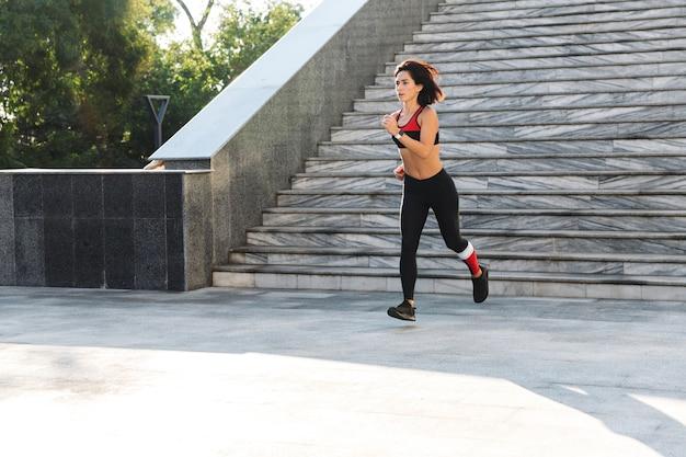 Confiant Jeune Sportive Qui Descend Les Escaliers à L'extérieur Photo Premium