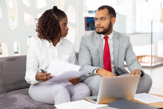 Confiant Jeunes Gens D'affaires Parler Lors De La Réunion Photo gratuit