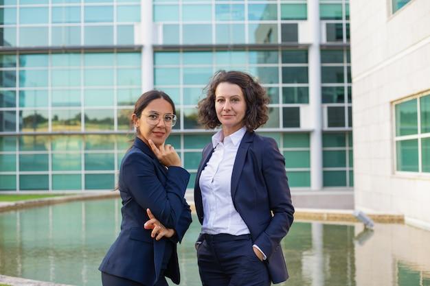 Confiant, professionnels femmes affaires, poser dehors Photo gratuit