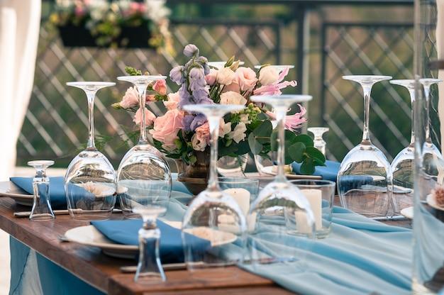 Configuration De Table De Décoration, Serviettes Bleues, Fleurs, Extérieur, Mariage Ou Autre événement Photo Premium