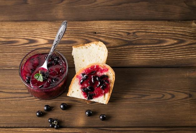 Confiture de cassis délicieux sur le gros plan de table Photo Premium