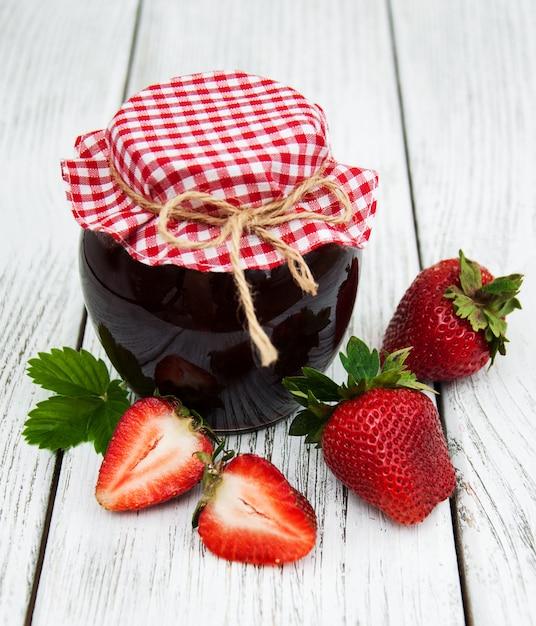Confiture de fraises et fraises fraîches Photo Premium