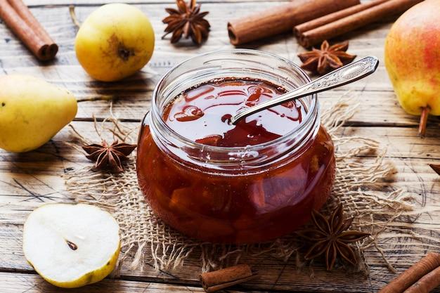 Confiture de poires maison dans un bocal et poires fraîches Photo Premium
