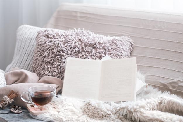 Confort De La Maison, Salon Avec Canapé Et Détails Intérieurs, Atmosphère Chaleureuse Et Concept De Confort Photo Premium