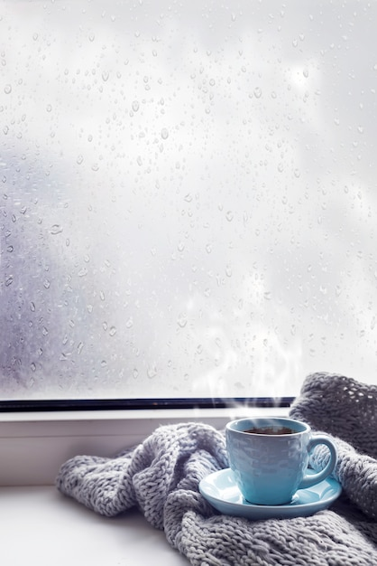 Confortable couverture grise douce avec une tasse de café Photo Premium