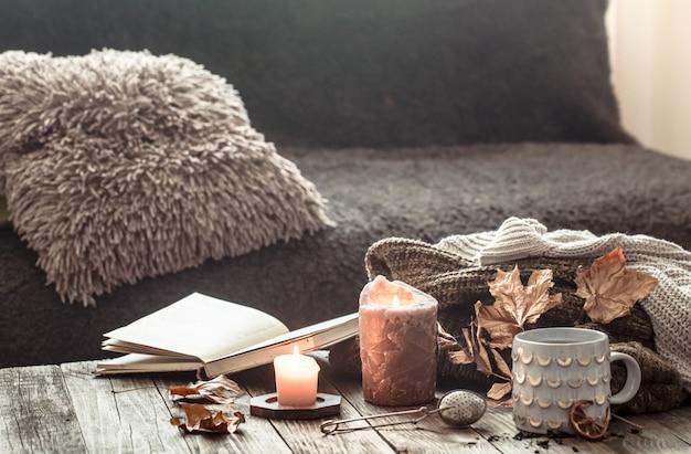 Confortable Petit Déjeuner D'automne Au Lit Scène De Nature Morte. Tasse Fumante De Café Chaud, Thé Près De La Fenêtre. Tomber. Photo Premium
