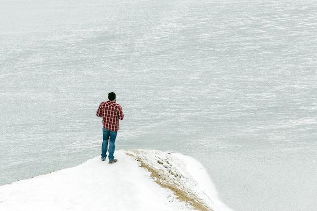 Conquérant du sommet de la montagne. concept de réussite Photo Premium