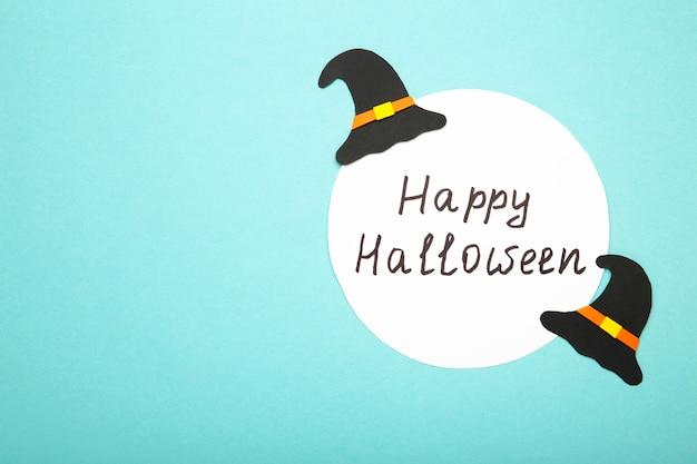 Conseil D'halloween Heureux Avec Des Chapeaux De Sorcière Sur Une Surface Bleue Photo Premium