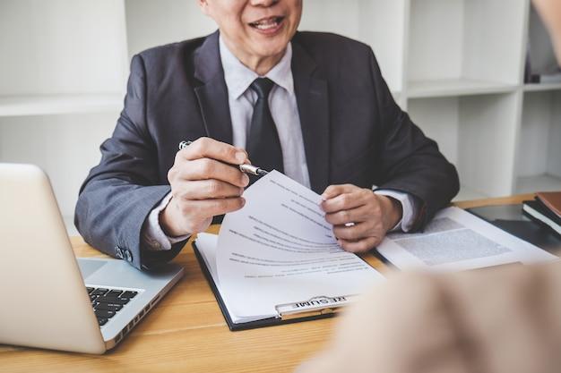 Conseil Lisant Un Curriculum Vitae Pendant Un Entretien D'embauche, Un Employeur Interroge Une Jeune Chercheuse D'emploi Photo Premium