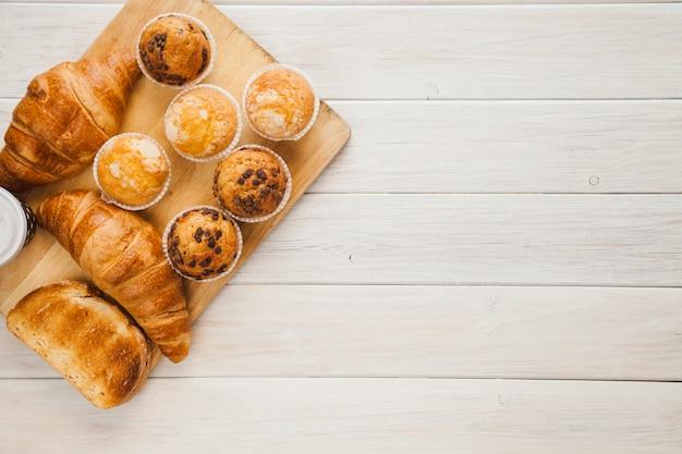 Conseil Avec Des Muffins Et Des Croissants Photo Premium