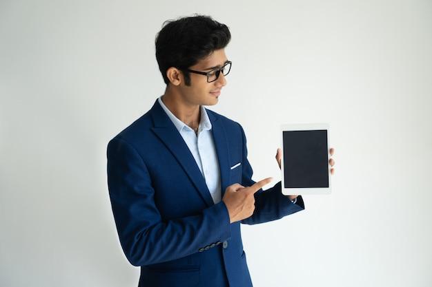 Conseiller sûr et confiant montrant une tablette numérique tout en présentant des informations. Photo gratuit