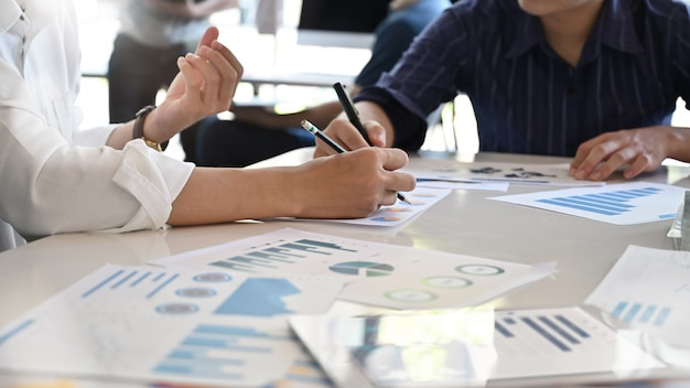 Conseiller Young Business Analysant Les Chiffres Financiers Indiquant Les Progrès. Photo Premium