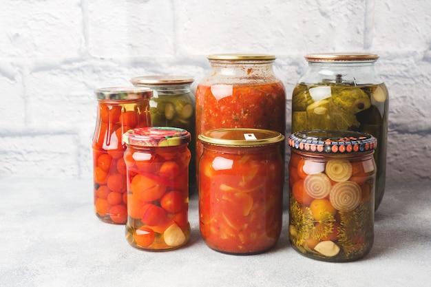 Conservation des légumes dans les banques produits de fermentation récolte de concombres et de tomates Photo Premium