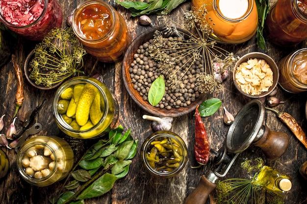 Conserves De Légumes Dans Des Bocaux En Verre Avec Sertisseuse. Sur Une Table En Bois. Photo Premium